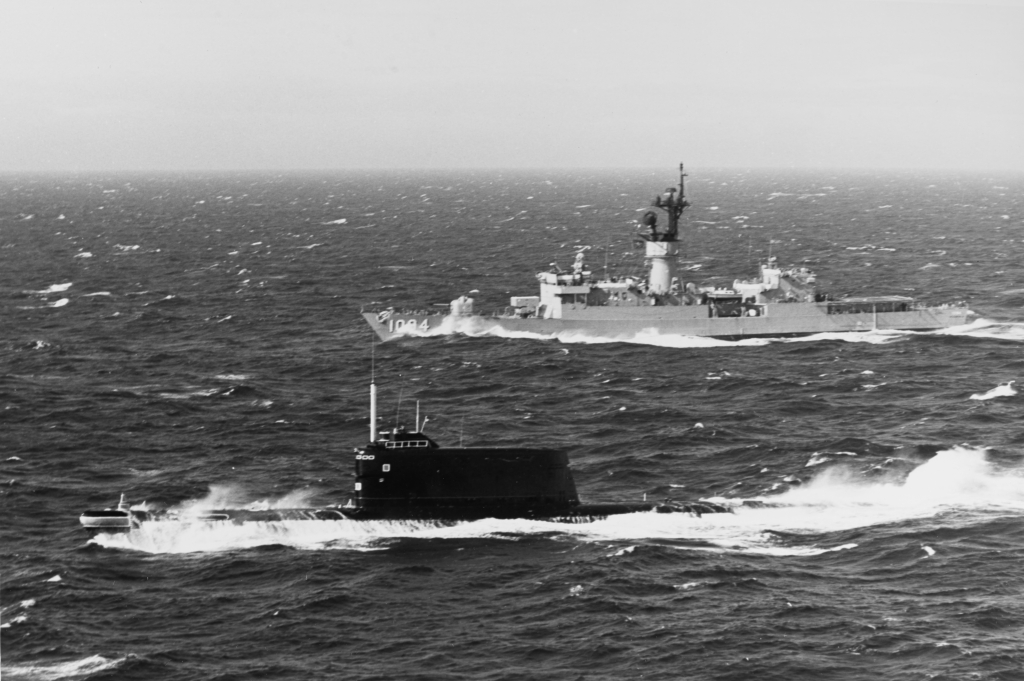 Soviet_Golf_II-class_submarine_and_USS_Pharris_(FF-1094)_underway_off_Copenhagen_in_February_1978